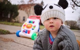 dziecko-chodzik-czapka