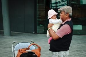 dzieci-dotyk-dziadek